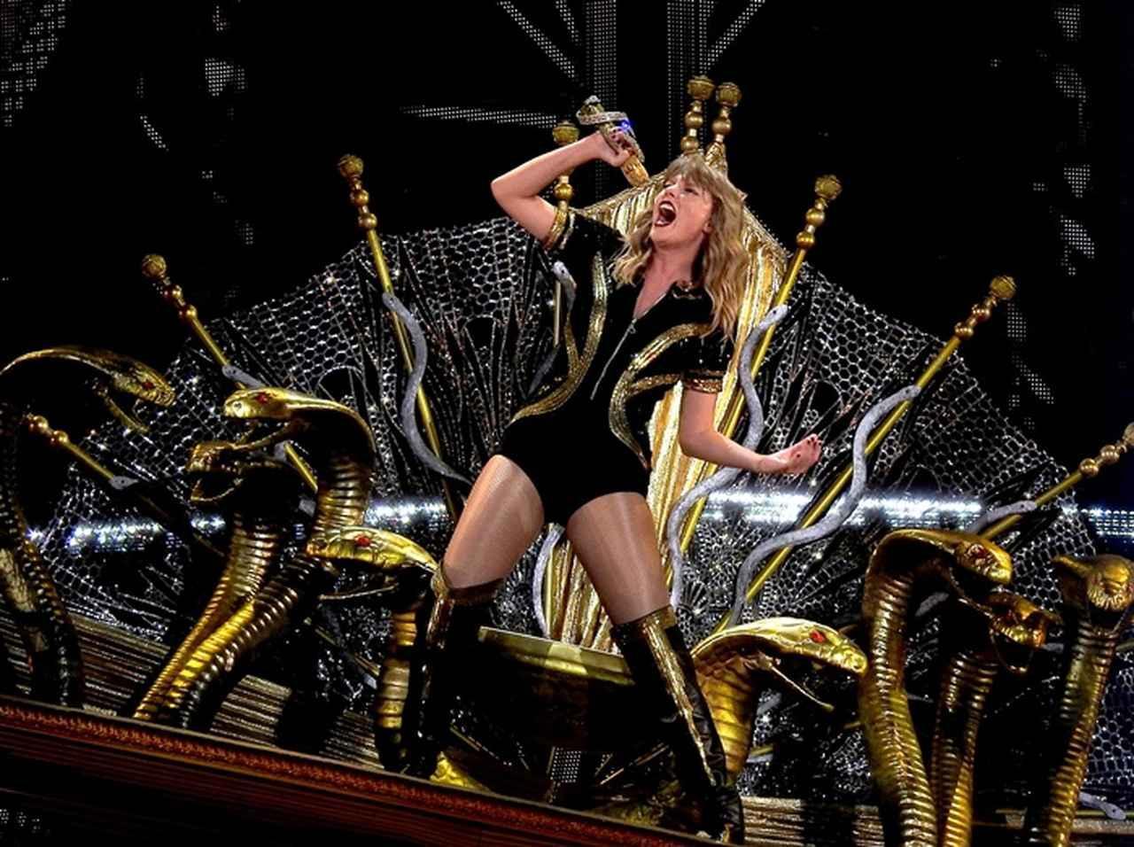 画像: シングル曲「ルック・ホワット・ユー・メイド・ミー・ドゥ」のMVで、自身への批判の象徴である『ヘビ』のモチーフを多用して話題になったテイラー。今回のツアーにも『ヘビ』を象ったアイテムが随所に登場している。