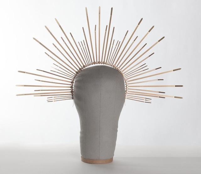 画像: アンバーが着用した「カトリーナ・ヘイロー・クラウン」という結束バンドでできたヘッドピースは、同ブランドのオンラインショップで38ドル(約4,100円)で販売されている。©Apatico www.apatico.net