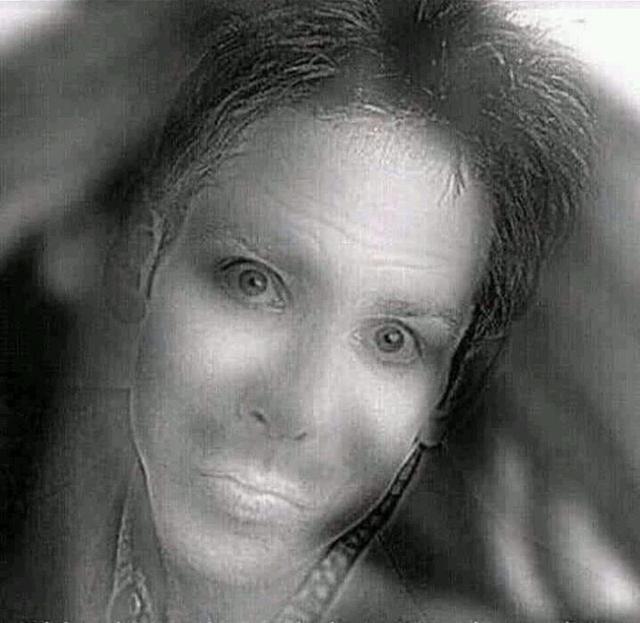 画像: 男性が女性に?半目で見るトリックアートが話題