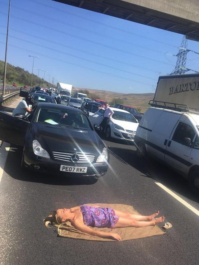 画像: 渋滞中に道路で「ある行動」に出た女性が強者すぎる