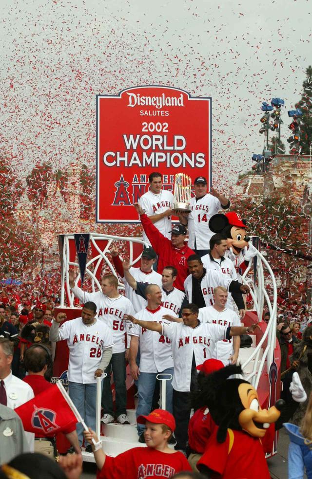 画像: ミッキーマウスといったディズニーの人気キャラクターと一緒にパーク内をパレードをする、当時エンゼルスに所属していた選手たち。