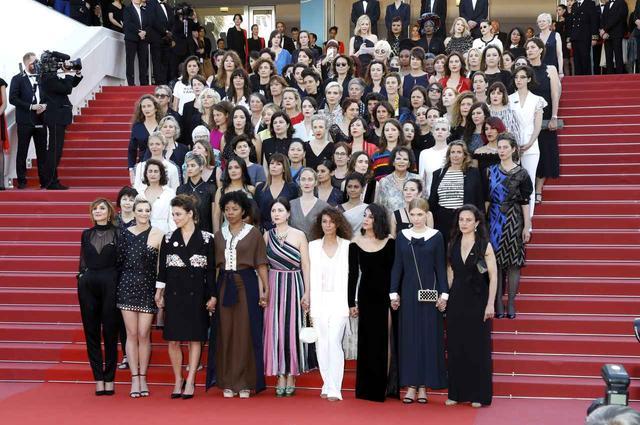 画像3: 82人の女性が立ち上がる