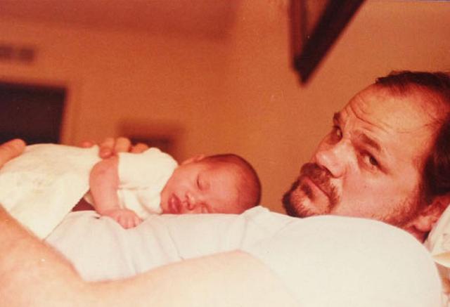 画像: 生まれたばかりのメーガンを胸に抱くトーマス。