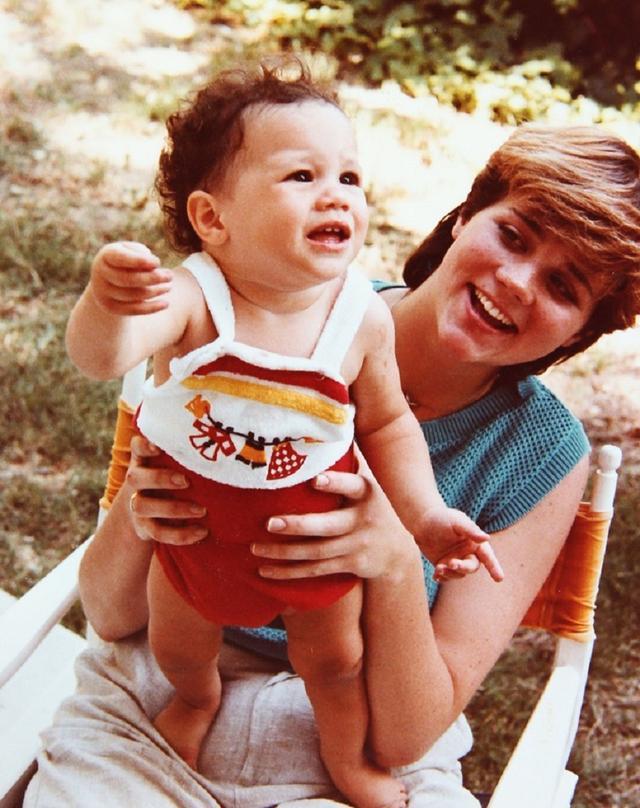 画像: 生後6カ月のメーガンと当時17歳のサマンサ。