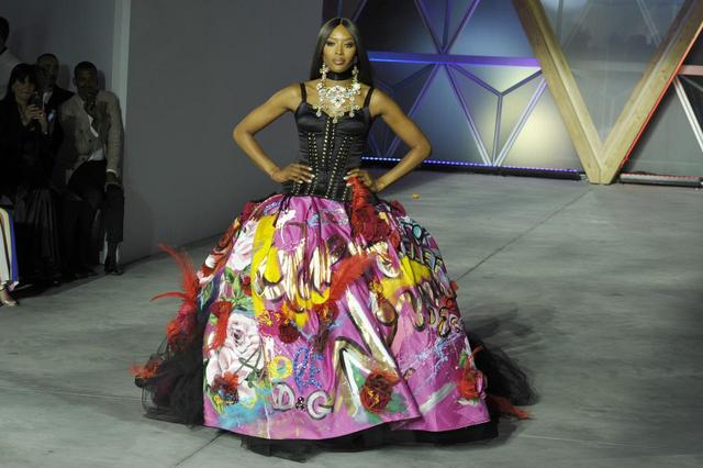 画像: ナオミ・キャンベルもDOLCE&GABBANA(ドルチェ&ガッバーナ)のドレスで登場。
