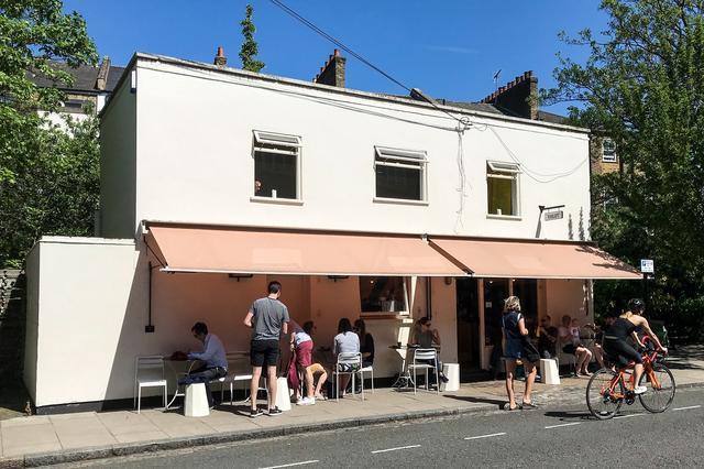 画像: クレアが運営する「ヴァイオレット・ケークス」。地元の人々の憩いの場として人気のアットホームなカフェベーカリー。