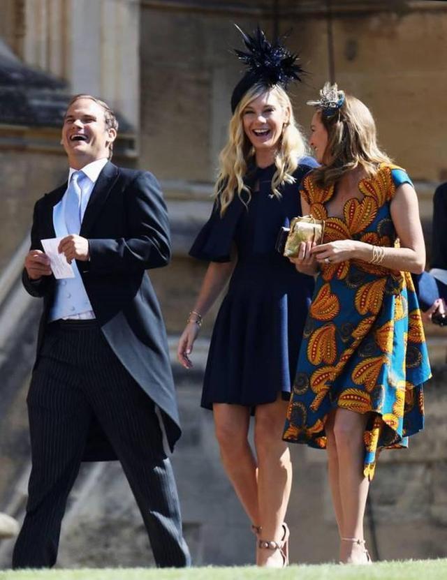 画像: 友人たちと式場となったセント・ジョージ教会に向かうチェルシー(写真中央)。