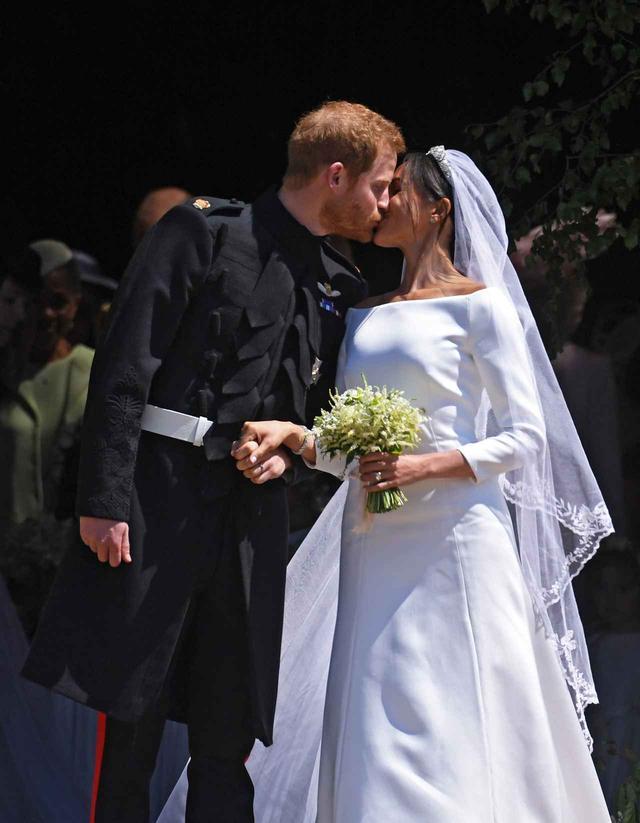 画像: ロイヤルキスを交わすヘンリー王子&メーガン。