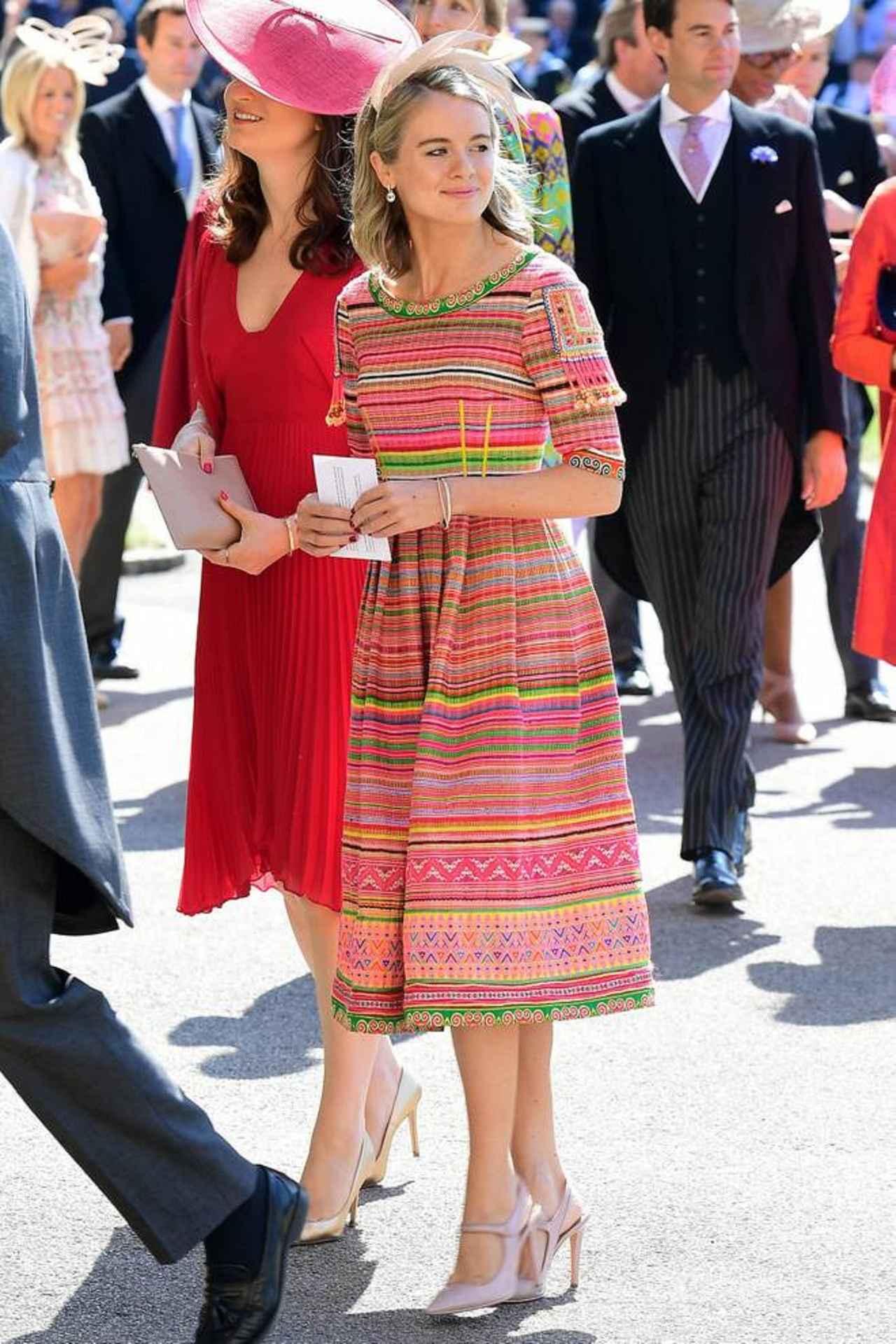画像: クレシダは色鮮やかな民族調の織物でできたピンクのドレスで会場へ。