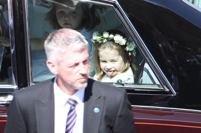 画像: 車で会場に登場した際、舌を出してポーズを取り、子供らしい姿を見せたシャーロット王女。