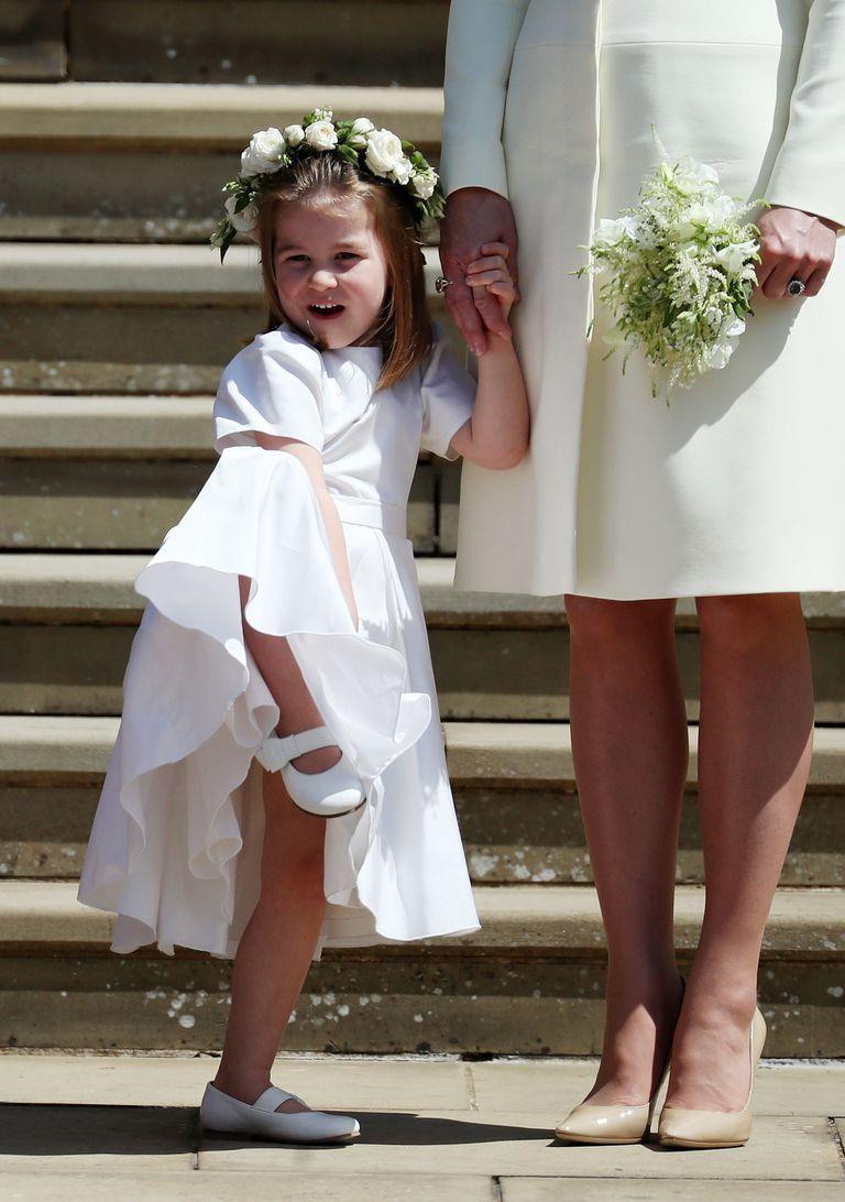 画像: 母キャサリン妃の隣で、なんと片足を上げてポーズを取るお茶目なシャーロット王女。