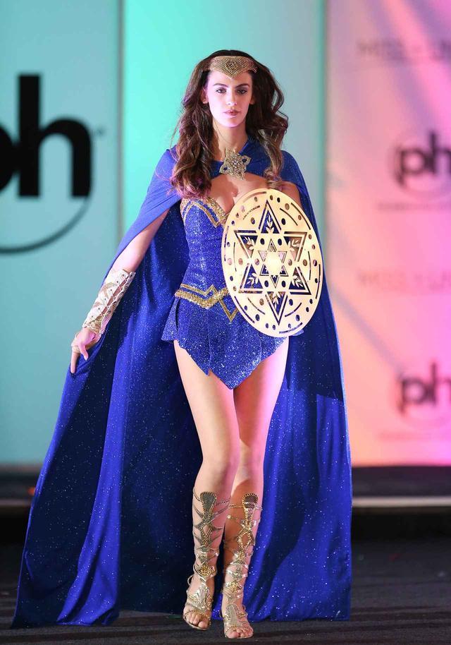 画像: 2017年のミス・ユニバース大会では、ガルのブレイクに影響されて、ミス・イスラエルがワンダーウーマン風コスチュームで出場した。