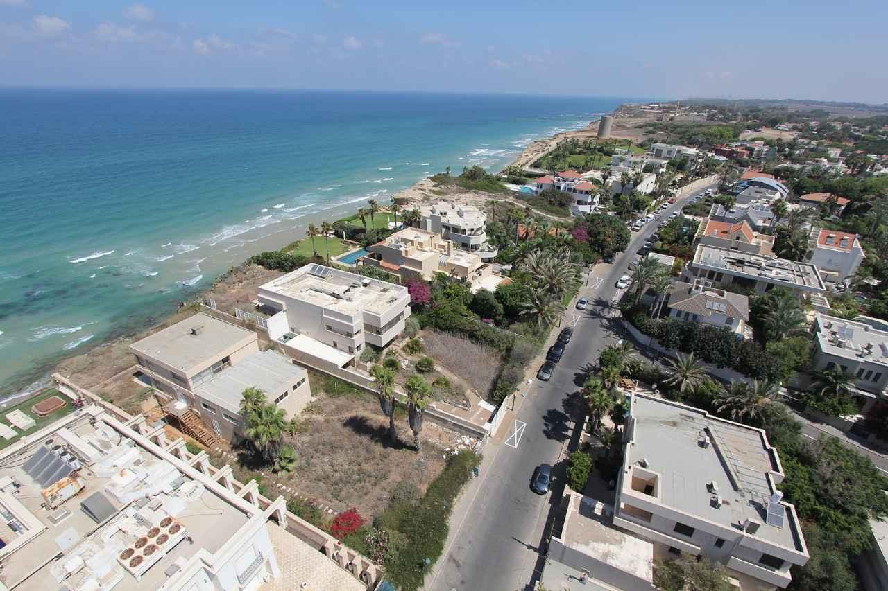 画像: 富裕層が多く暮らす、イスラエルの中央沿岸地ヘルツリーヤの大学に通っていた。