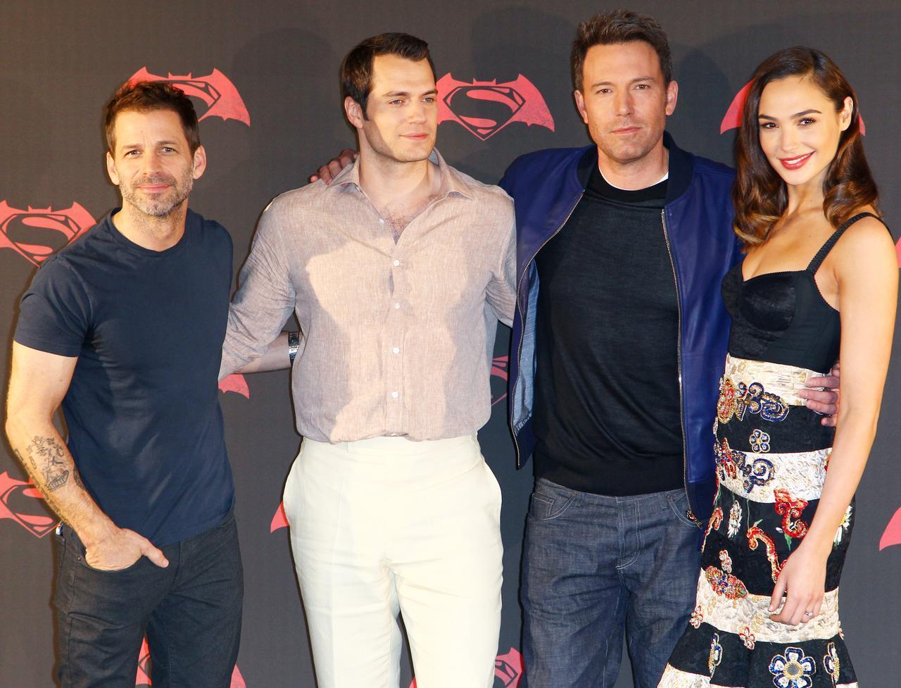 画像: ワンダーウーマンを初めて演じた2016年の映画『バットマン vs スーパーマン ジャスティスの誕生』のプレミアにて。ザック・スナイダー(左)はDCコミックス映画のプロデューサー。
