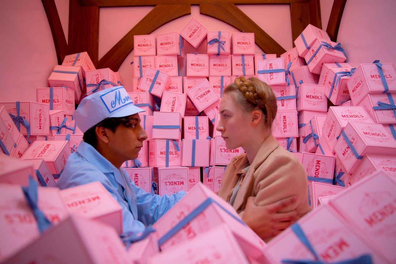画像: ザ・ピンク!な世界観が可愛すぎる『グランド・ブダペスト・ホテル』。高級ホテルのコンシェルジェと、ベルボーイが繰り広げる冒険を描いたストーリー。