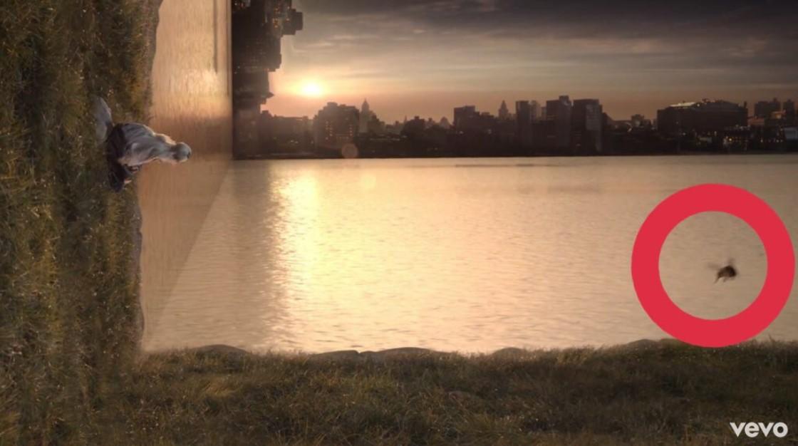 画像: MVの最後のシーンに紛れ込んだ「蜂」。©Youtube VEVO/ Ariana Grande