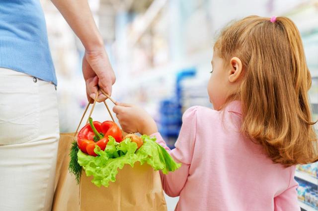 画像: 子供たちが食べているのは、まさかの「アソコ」形のパスタ