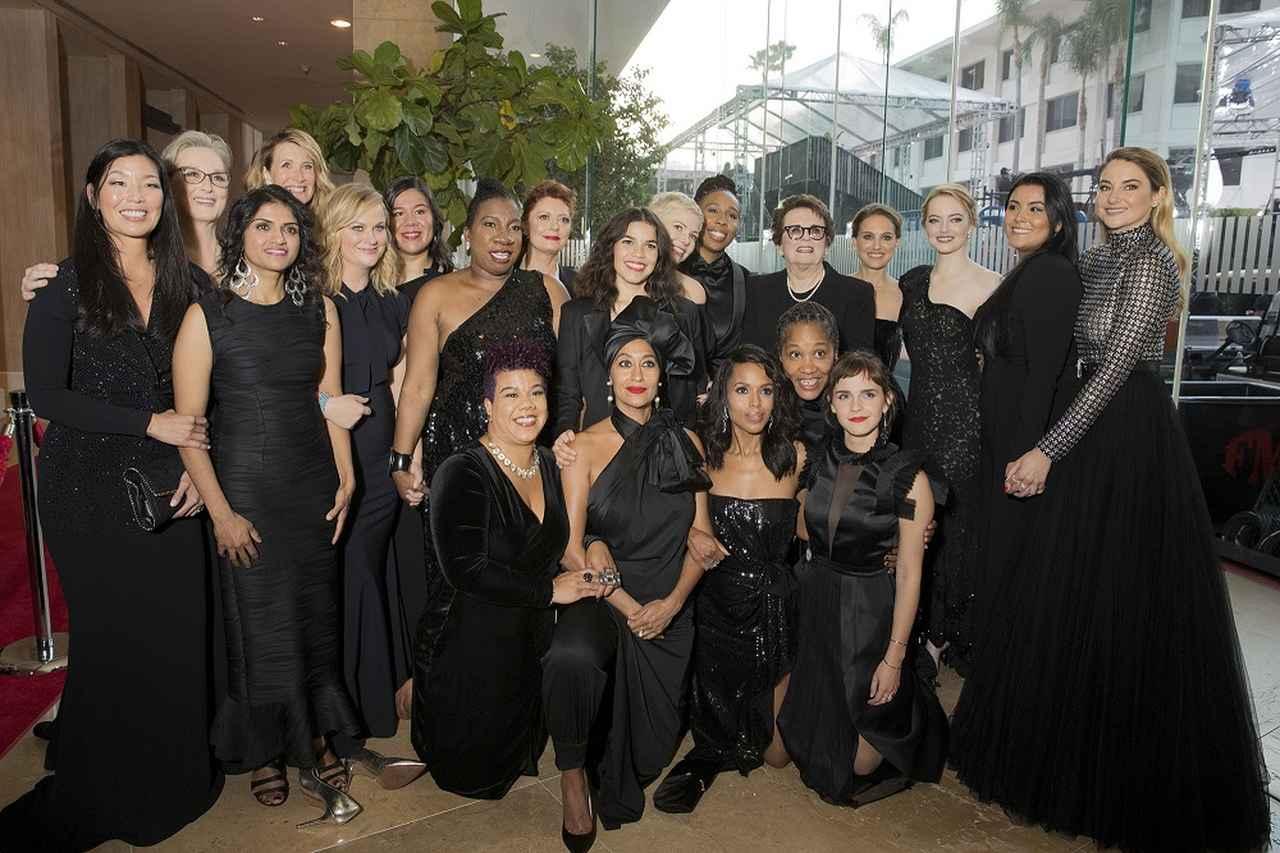 画像: 今年1月のゴールデングローブ賞に、セクハラ・性差別撲滅運動への支持の象徴である「黒ドレス」を着用して登場した女優たち。