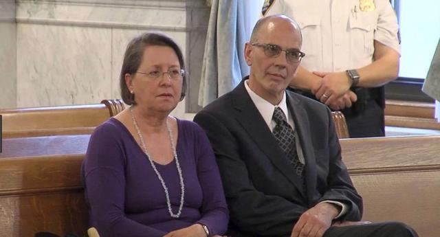 画像: 裁判所で判決が下されるのを待つ、マイケルの両親。