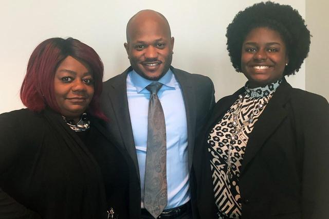 画像: 左からホープの母、彼女の弁護士、そしてホープ本人。