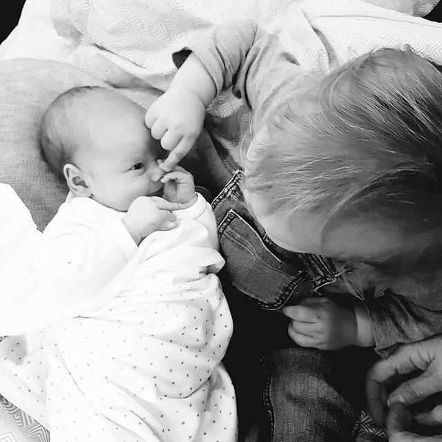 画像1: PrinsparetさんはInstagramを利用しています:「För tre veckor sedan kom vår älskade son Gabriel, Alexanders lillebror. ❤: Prinsessan Sofia」 www.instagram.com