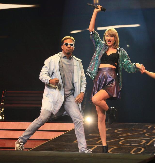 画像: 『1989』ツアーでテイラーのバックで踊るトシ。