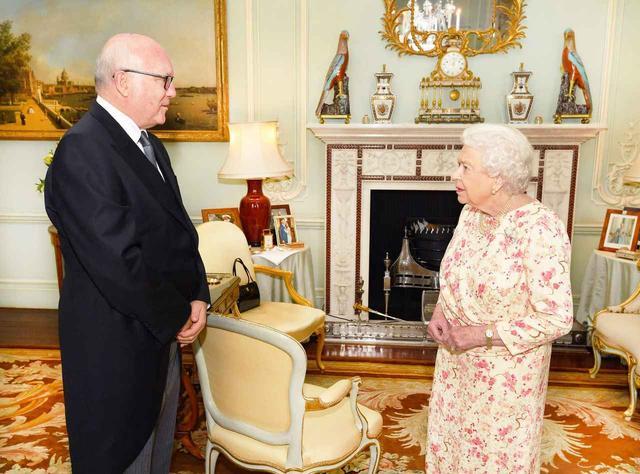 画像: エリザベス女王の部屋の「ある部分」にズームしたファンが歓喜、その理由とは?