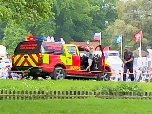 画像: 会場にある救急車らしき車に乗り込もうとしているジョージ王子。