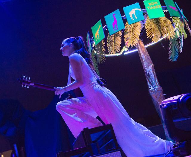 画像: ブック・ツリーの前で演奏するソフィー。