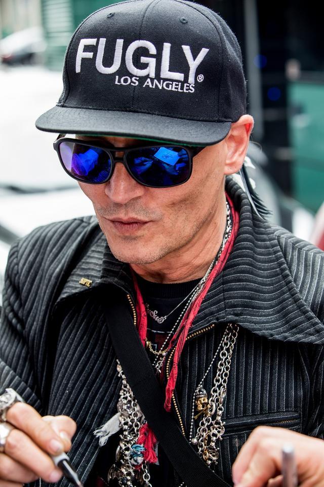 画像3: ジョニー・デップ、激ヤセ報道も「意味深ワード」入り帽子着用し元気な姿見せる