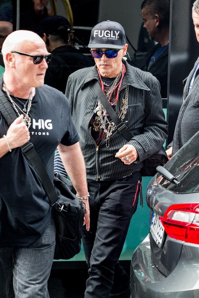 画像1: ジョニー・デップ、激ヤセ報道も「意味深ワード」入り帽子着用し元気な姿見せる