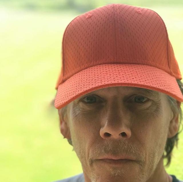 画像: 俳優のケヴィン・ベーコンは、オレンジ色のキャップをかぶり。©Kevin Bacon