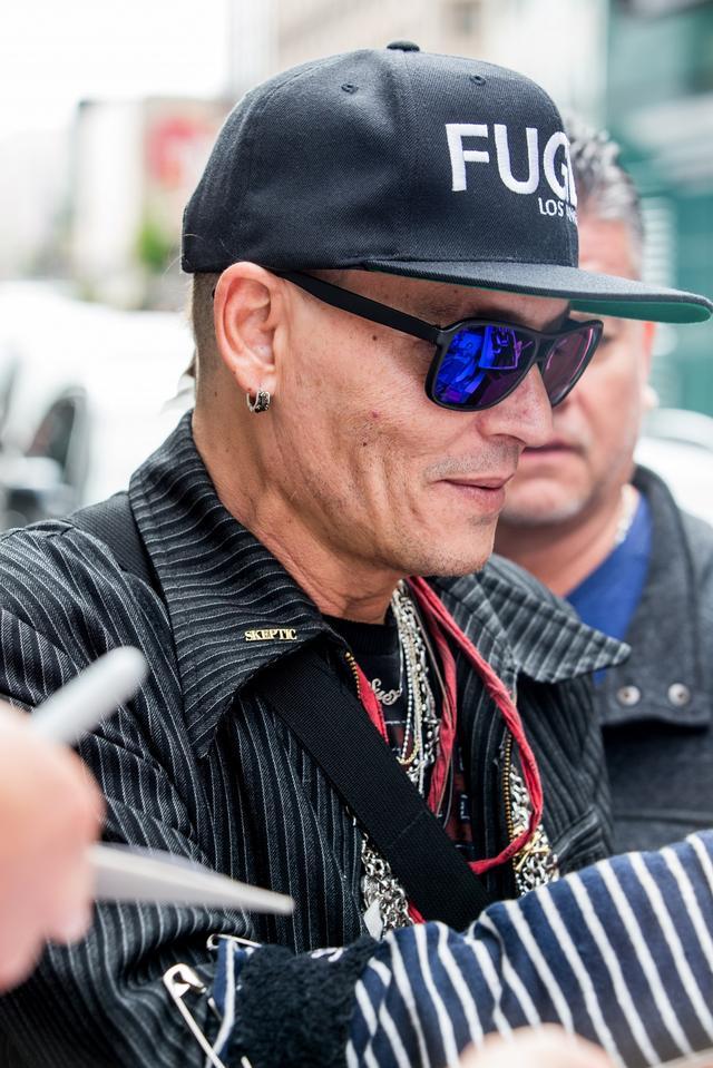 画像4: ジョニー・デップ、激ヤセ報道も「意味深ワード」入り帽子着用し元気な姿見せる