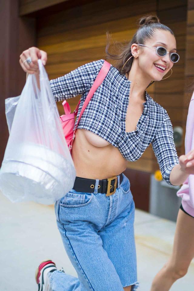 画像3: ベラ・ハディッド、街中で「下乳」ポロリ