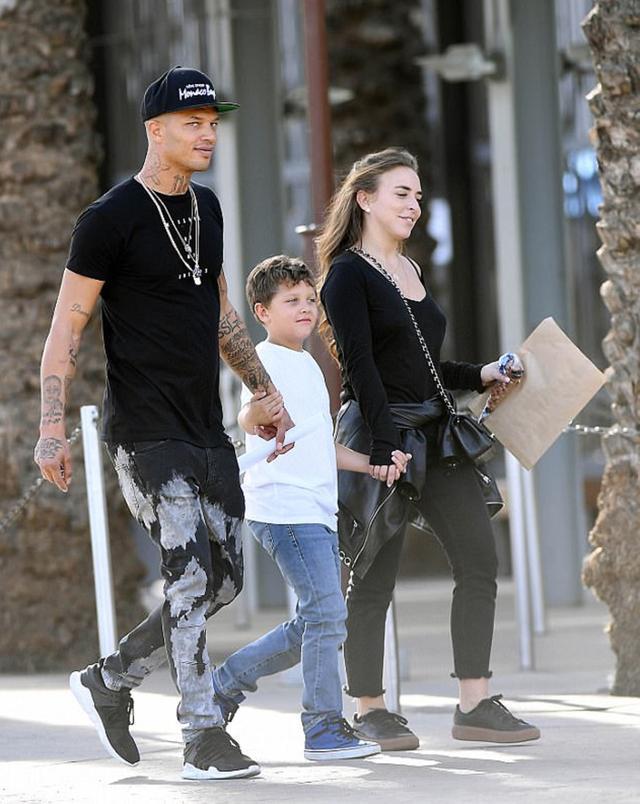画像: ショッピングに出かけるジェレミー、長男のジェレミー・Jr君、クロエ。
