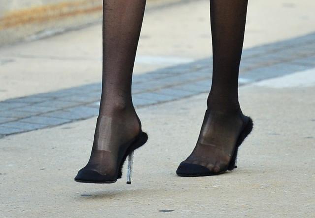 画像: 足の甲とつま先部分についたクリアバンド。