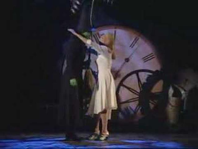画像: Idina & Kristin - Tony's 2004 - Defying Gravity www.youtube.com