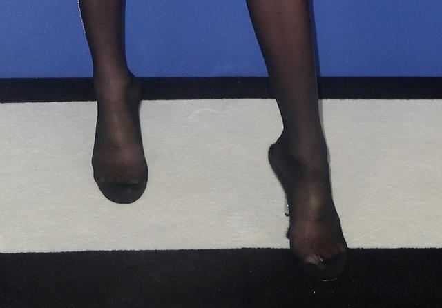 画像2: カイア・ガーバー、CFDAアワードではいた靴に疑問の声