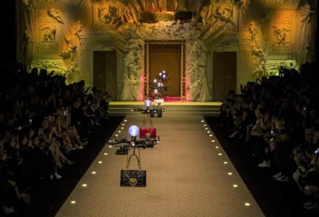 画像: Dolce & Gabbanaの2018年秋冬コレクションのランウェイに登場したドローン。