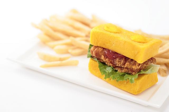 画像: レゴチキンバーガーセット 1,520円【チキン・ダイナー】サクサクのチキンをはさんだバーガー。 トマトソース、タルタルソースから選べる。