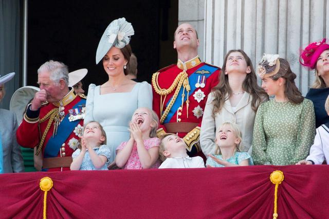 画像8: キャサリン妃、公務中にぐずるシャーロット王女相手にファインプレー