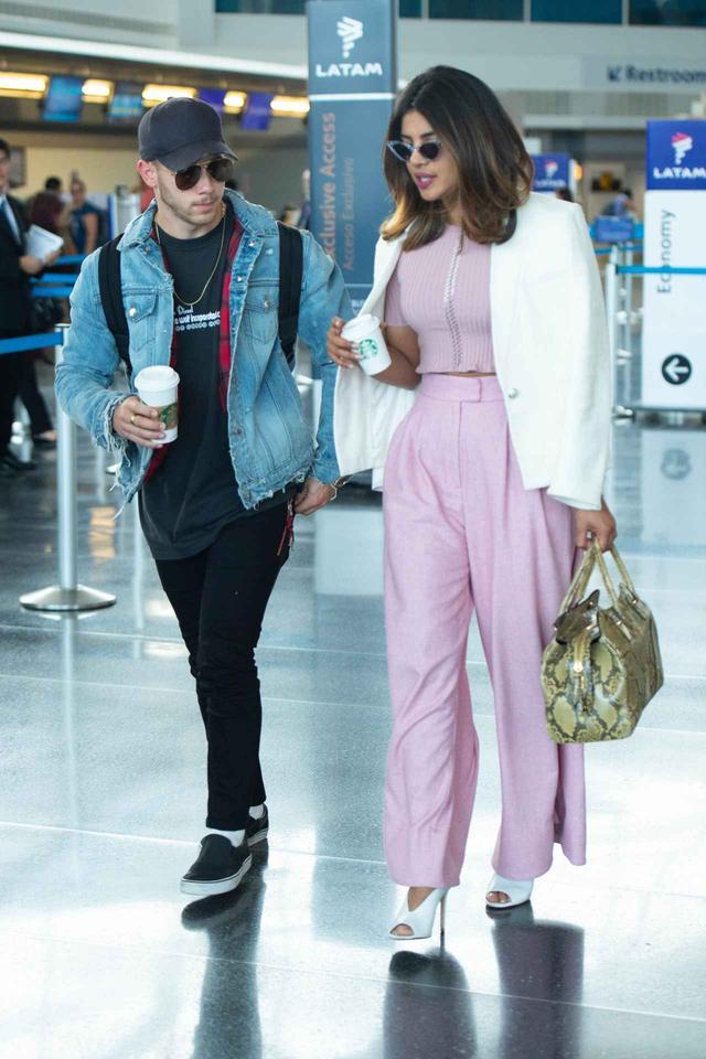 画像2: 恋仲が報じられるプリヤンカー・チョープラーとニック・ジョナスが空港に初登場