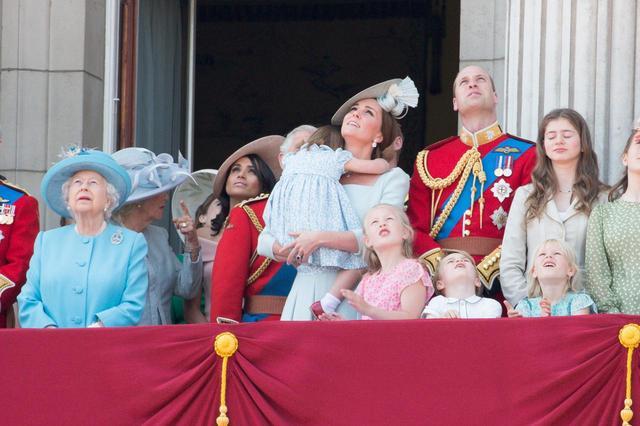 画像7: キャサリン妃、公務中にぐずるシャーロット王女相手にファインプレー