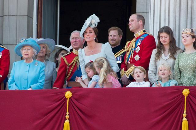 画像4: キャサリン妃、公務中にぐずるシャーロット王女相手にファインプレー