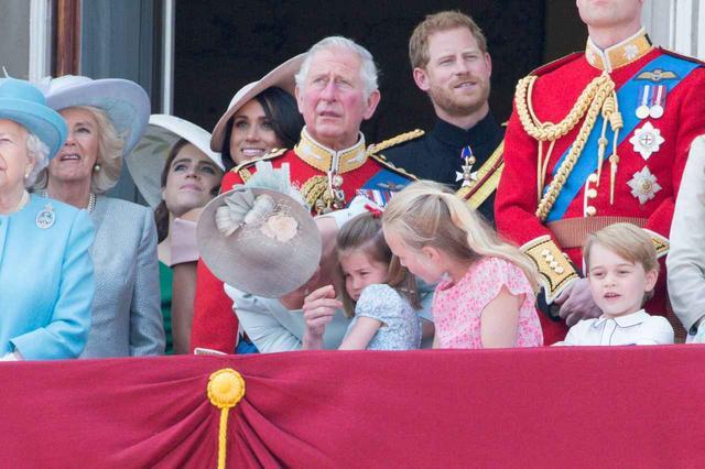 画像3: キャサリン妃、公務中にぐずるシャーロット王女相手にファインプレー