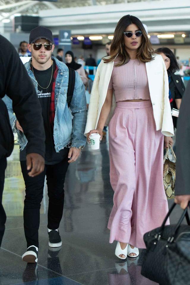 画像1: 恋仲が報じられるプリヤンカー・チョープラーとニック・ジョナスが空港に初登場