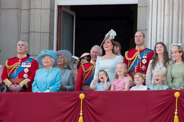 画像2: キャサリン妃、公務中にぐずるシャーロット王女相手にファインプレー