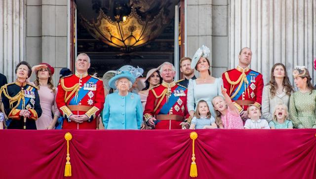 画像1: キャサリン妃、公務中にぐずるシャーロット王女相手にファインプレー