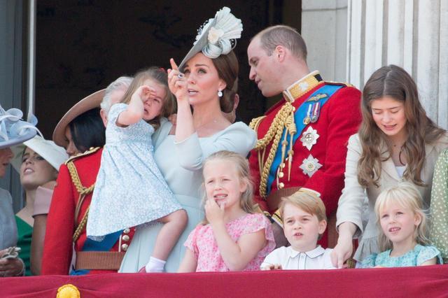 画像5: キャサリン妃、公務中にぐずるシャーロット王女相手にファインプレー