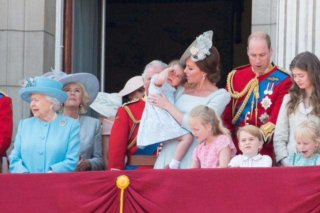 画像6: キャサリン妃、公務中にぐずるシャーロット王女相手にファインプレー
